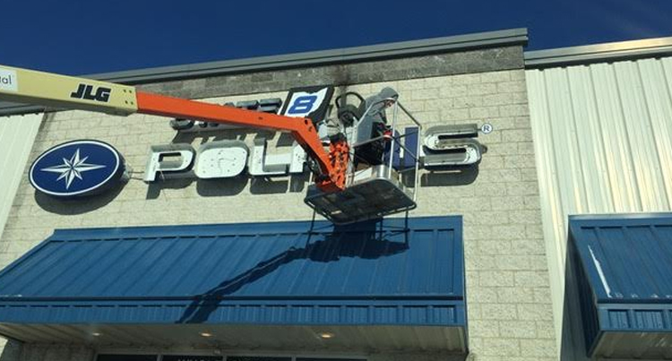 picture of the state 8 light sign out front being changed by a bse lighting solutions changing the light, lighting retrofit job for state 8 in ohio